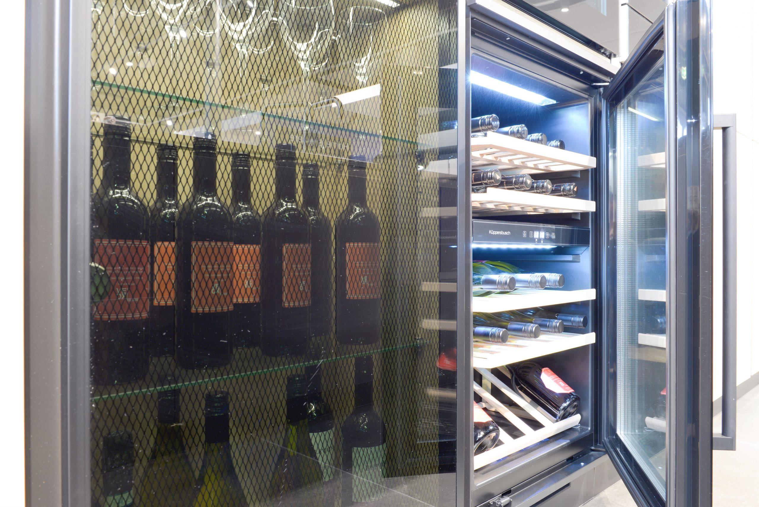 Wijnkoeler, glaskast met zwart ruit en verlichting